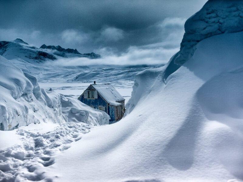 Tief verschneites Dorf am Rand des grönländischen Eispanzers - Ostgrönland