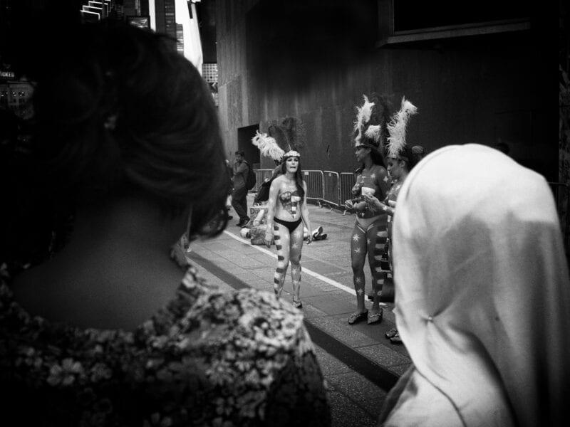 Kontraste: eine junge Muslima beobachtet die freizügige Protestaktion einer Altersgenossin, New York 2016
