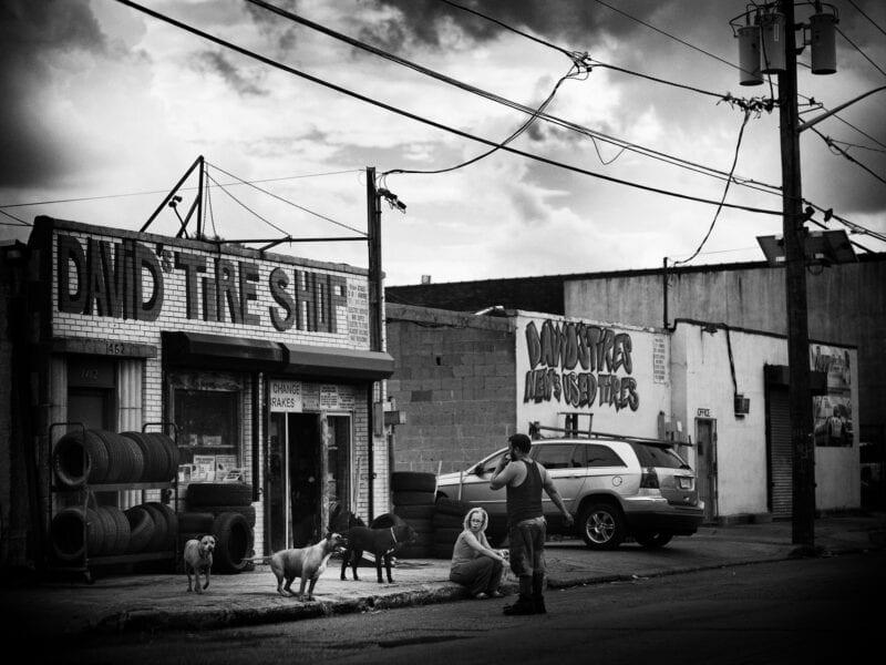 Straßenszene in Camden: Die Stadt liegt in unmittelbarer Nachbarschaft zu Philadelphia und wurde vom Strukturwandel besonders hart getroffen, Drogen werden offen auf der Straße verkauft...