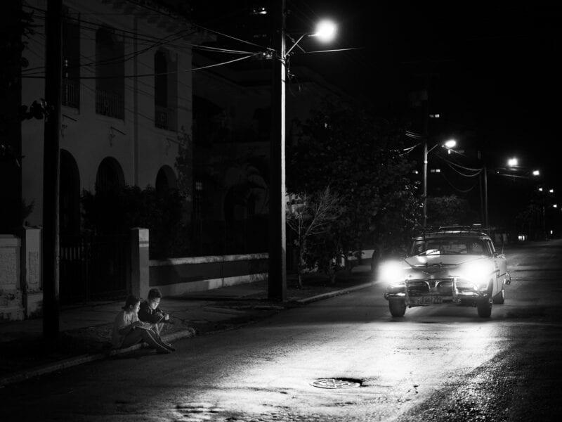 Das Regime sorgt dafür, dass das Internet für normale Kubaner kaum erreichbar ist, doch in der Nähe der großen Hotels gibt es WLAN, Havanna 2017