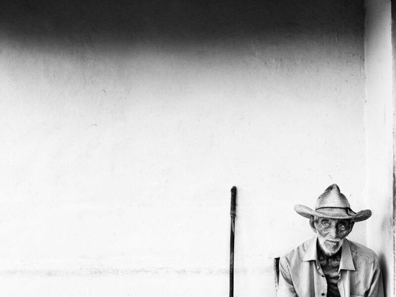 """Er sei ungefähr 94 Jahre alt, glaubt dieser Bauer, so genau weiß er das nicht. Trotz Armut und Korruption ist er bis heute von der Revolution überzeugt und sagt: """"Vor Castro hat man uns wie Hunde behandelt!"""", Viñales 2017"""