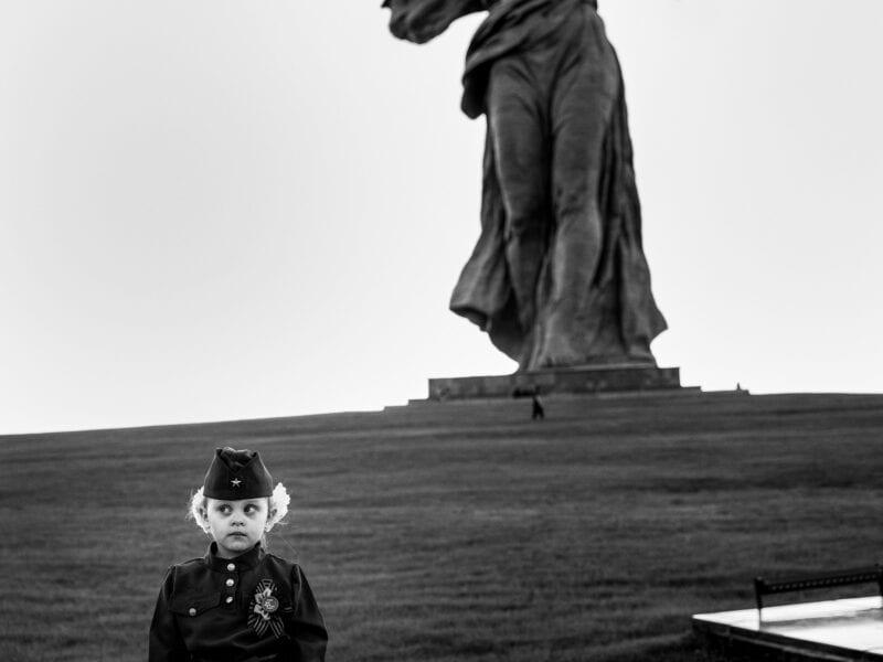 """Mädchen vor der Kolossalstatue """"Mutter Heimat"""" (85 Meter hoch), die zum Gedenken an die Schlacht von Stalingrad errichtet wurde, Wolgograd 2018"""